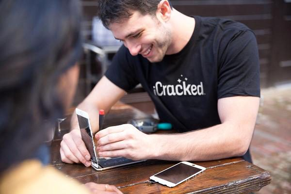 Thanh niên này tự tháo và sửa iPhone rồi thành lập công ty triệu USD